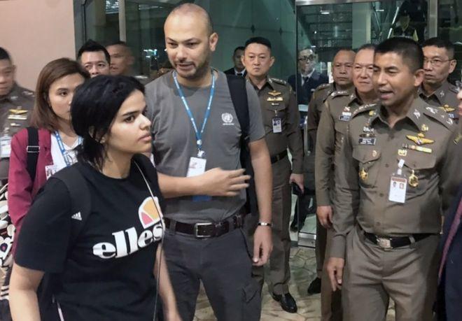 Rahaf al-Qunun: Saudi woman ends airport hotel standoff