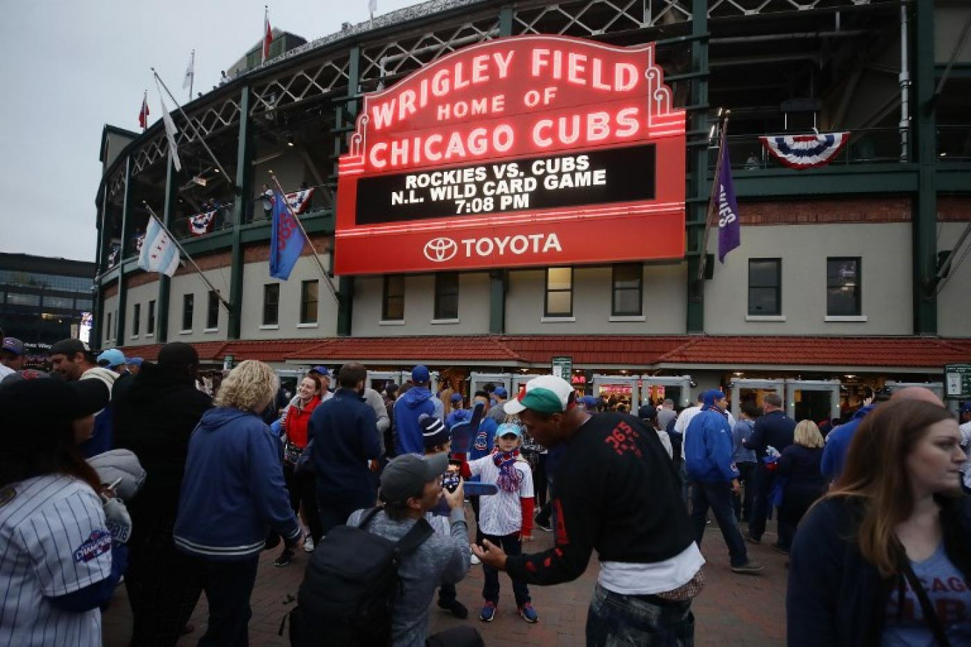 Chicago Cubs chairman meets local Muslim leaders after racist email scandal