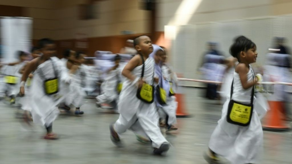 Malaysian children in practice run for Muslim hajj