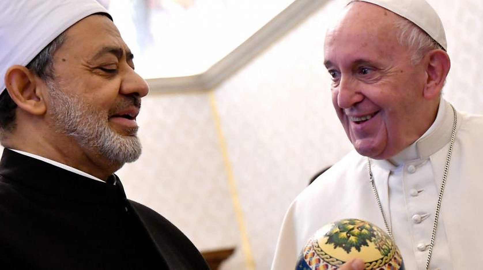 Pope Francis Receives Al Azhar's Grand Imam in the Vatican to Achieve 'Coexistence'