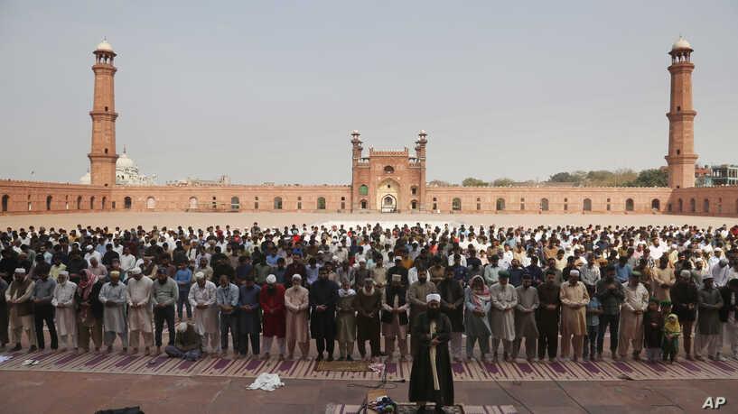 Pakistani Clerics Insist on Keeping Mosques Open