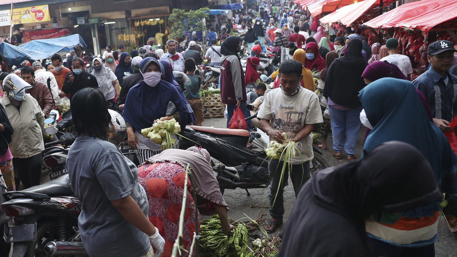 Indonesians Prepare For Eid Holiday Amid Concerns Over Spread Of COVID-19